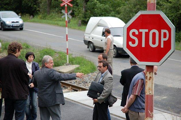 České dráhy chtějí zrušit i přejezd u hovězského splavu, který využívají obyvatelé huslenské lokality Hřebík. Starosta Huslenek Oldřich Surala (ukazující rukou) je pro jeho zachování
