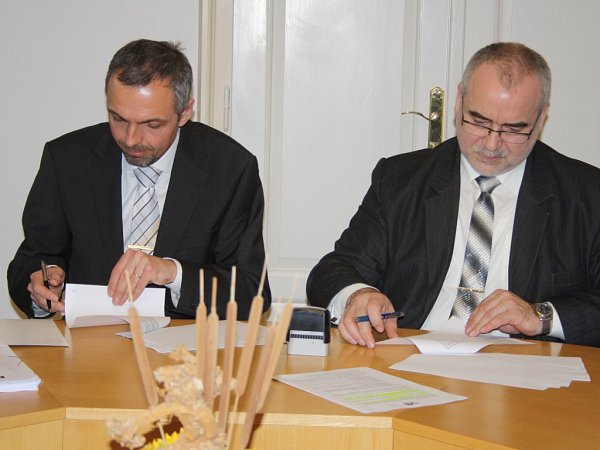 Smlouvu na zhotovení projektové dokumentace objektu Libušín na Pustevnách podepsal ředitel rožnovského skanzenu Jindřich Ondruš (na snímku vpravo) a majitel společnosti, která bude dokumentaci zpracovávat Jakub Masák.
