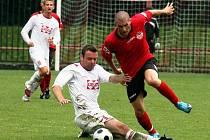 Fotbalisté Valašského Meziříčí (v bílém) v tomto utkání v Brumově prohráli 2:3.