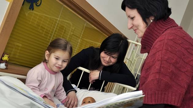 Knihovníci předali malým pacientům milý dárek knihu s obrázky žáků Základní umělecké školy Vsetín