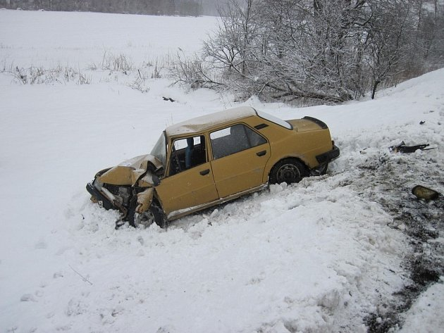 Dopravní nehoda auta a autobusu v Huslenkách na Vsetínsku.