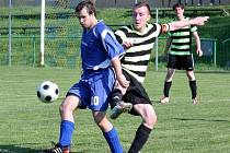Fotbalisté Kelče B (pruhované dresy) doma porazili Dolní Bečvu 5:2 a šance na záchranu žije.
