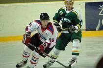 Druholigový zápas hokejistů Vsetína (v zeleném Martin Kubo) proti Uherskému Hradišti.