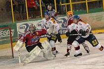 Hokejisté Vsetína nastoupili ke druhému valašskému derby v historických dresech tvamočervené barvy.