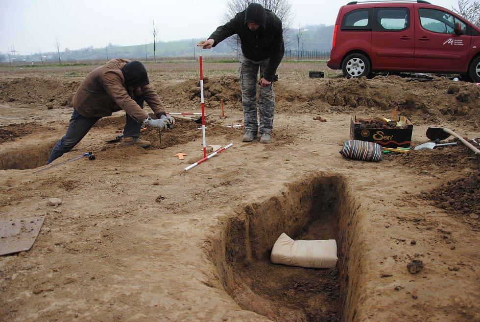 Pracovníci Muzea regionu Valašsko provádějí archeologický průzkum v průmyslové zóně v lešenské místní části Lhotka nad Bečvou. Objevili zde část sídliště z konce doby kamenné, které může pocházet z pátého až druhého tisíciletí před naším letopočtem; duben