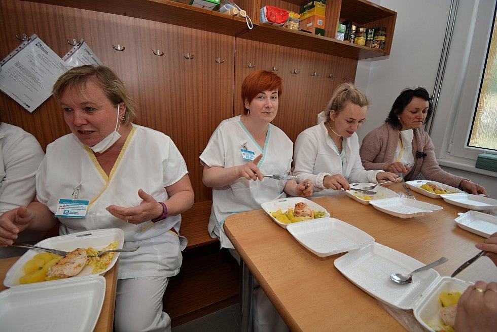 Poslední květnový den 2021 si zdravotníci ve vsetínském očkovacím centru pochutnali na obědě, který pro ně zdarma uvařil provozní vsetínské restaurace.