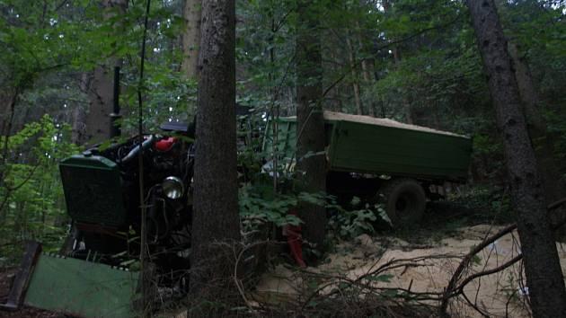 Manželská dvojice cestovala traktorem domácí výroby po lesní cestě. Muž nezvládl řízení a vjel mezi stromy. Žena skončila s těžkým zraněním.