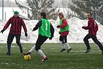 V prvním fotbalovém utkání zimní sezony na Valašsku změřily síly celky divizního Valašského Meziříčí (ve světlém) a Kateřinic, které hrají krajský přebor. Utkání mělo kolem hřiště kromě přihlížejících i pořádnou sněhovou kulisu.