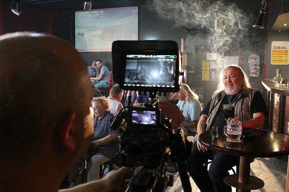 František Segrado při natáčení klipu k písničce Když jsem se narodil ve vsetínském klubu Tři opice. Srpen 2017