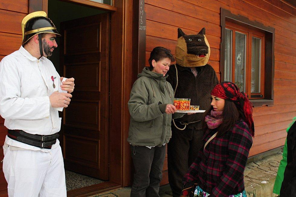 Od časného rána se vydal na masopustní obchůzku po dědině asi pětadvacetičlenný průvod masek v Leskovci. Kromě tradičního medvěda, mevědáře a kata se v bujaré společnosti objevili také vodník, fialová kráva Milka, Pipi dlouhá punčocha, lahváč, nebo krotit