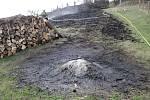 Hasiči likvidují požár louky v Ratiboři na Vsetínsku; středa 27. března 2019