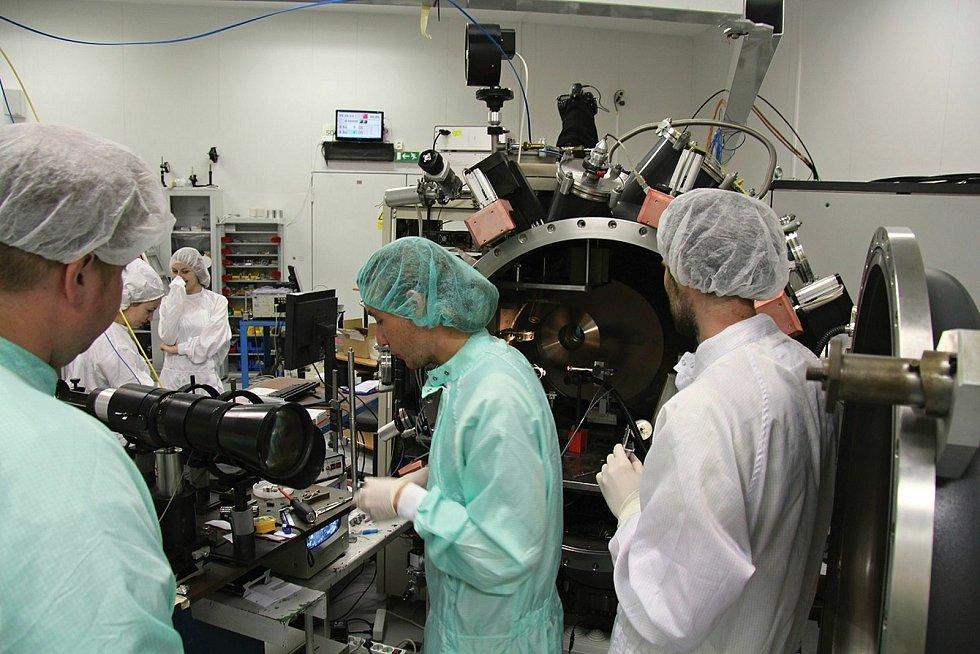 Pohled do laboratoře Ústavu fyziky plazmatu Akademie ČR vPraze, která umožňuje výzkum meteoritů pomocí laserové ablace a spolupracuje na dalších výzkumech.