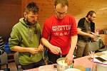 Účastníci kurzu výroby sýrů ve Valašském ekocentru ve Valašském Meziříčí.