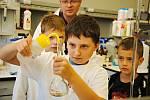 Členové Klubu nadaných dětí při valašskomeziříčské hvězdárně si vyzkoušeli práci v chemické laboratoři Ústavu chemie a biochemie při Agronomické fakultě Mendelovy univerzity v Brně; pátek 28. srpna 2020