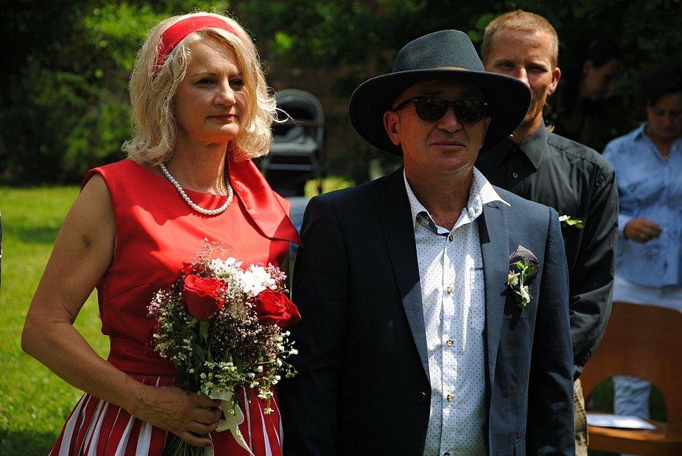 """Bronislava Plandorová a Jan Soldán si ve čtvrtek 24. června 2021 hodinu po poledni řekli své """"ano"""" v parku valašskomeziříčské hvězdárny."""