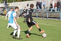 Fotbalisté Vsetína (modrobílé dresy) si poradili s Holešovem 2:0.