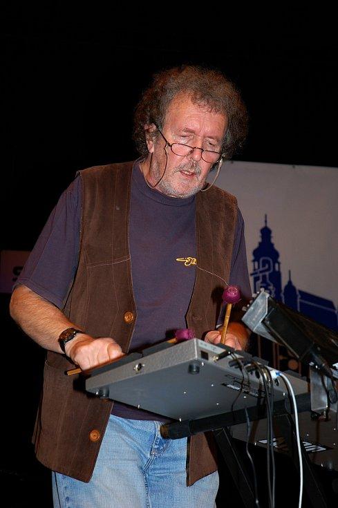 Jaromír Bazel starší vystupuje s kapelou Jazzevčík na Vsetínském jazzovém festivalu Josefa Audese ve Vsetíně v roce 2010.