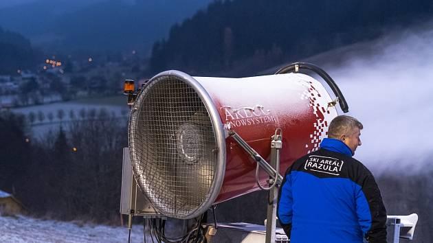Ski areál Razula zasněžuje