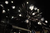 Lidé ve Vsetíně si první ze dvou novoročních ohňostrojů užili ve čtvrtek 31. prosince 2015 už v 17 hodin odpoledne.