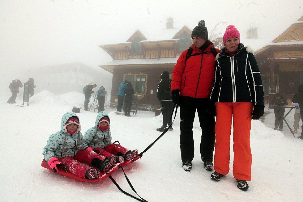 V sobotu 30. ledna 2021 zahalila Pustevny hustá mlha. Turisty však od návštěvy neodradila.