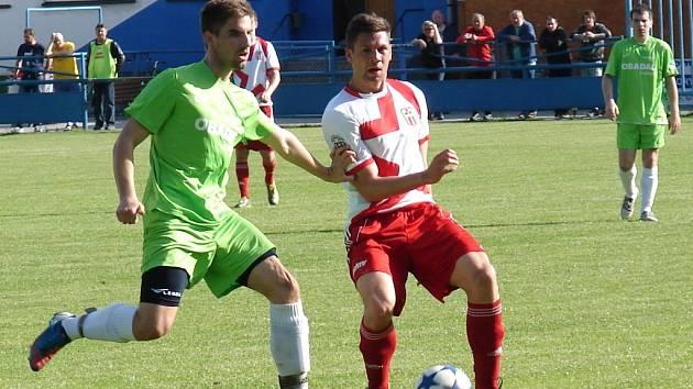 Vsetín (červenobílé dresy) doma porazili Vlachovice 5:0.
