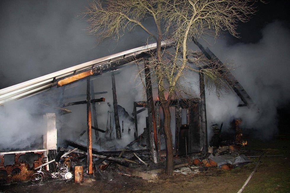 Hospodářské stavení v Hrachovci u Valašského Meziříčí zničené požárem; pátek 21. prosince 2018