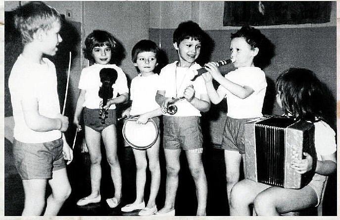 OSLAVA MEZINÁRODNÍHO DNE ŽEN. Na snímku jsou malí hudebníci při oslavách Mezinárodního dne žen v roce 1975. Zleva: dirigent Dalibor Snoza, Radka Zubíková, Ivana Rožnovjáková, Milan Kubíček, Vítězslav Fizek a Petra Šimková.