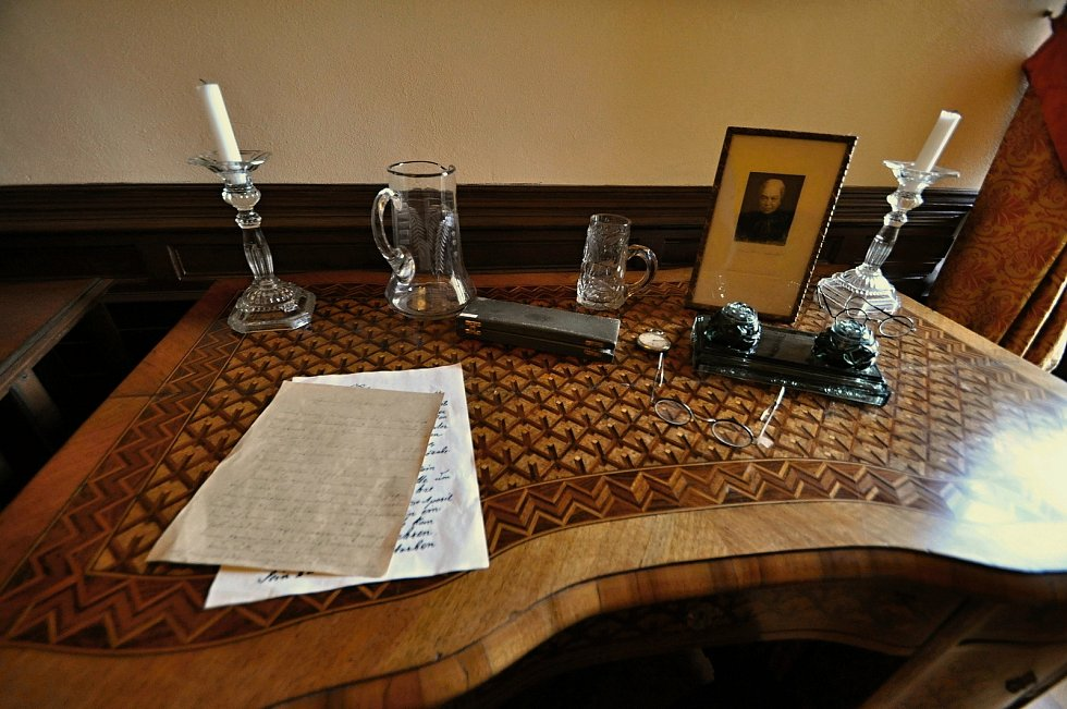 Historický pracovní stůl umístěný v knihovně Zámku Lešná u Valašského Meziříčí.