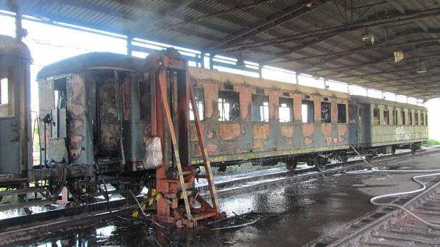 K požáru starého vagonu odstaveného na vlakovém nádraží došlo dnes odpoledne ve Valašském Meziříčí.