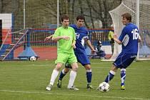 Fotbalisté Valašského Meziříčí B (modré dresy) doma porazili Vlachovice 3:1.