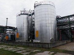 Pohled na rekonstruované zásobníky naftalenu v DEZA, a. s ve Valašském Meziříčí.