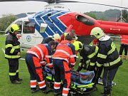 Zraněného muže, který na Vsetínsku spadl ze stromu, letecky přepravil do nemocnice vrtulník.