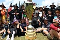 Letní tábor kouzelníků ve Velkých Karlovicích. Na snímku s pohárem vítězů hokejové extraligy.