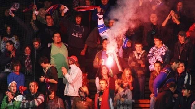 Fanoušci hokejistů Valašského Meziříčí vítězství svého týmu oslavili i zapálením několika světlic. Ilustrační foto.