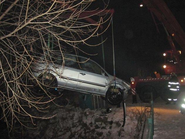 Rožnovanka zaparkovala Ford do potoka u Ratiboře