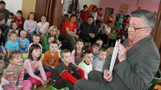 Do kampaně Celé Česko čte dětem se zapojil také herec Petr Kostka, který v úterý (29.4.) předčítal v halenkovské mateřské škole
