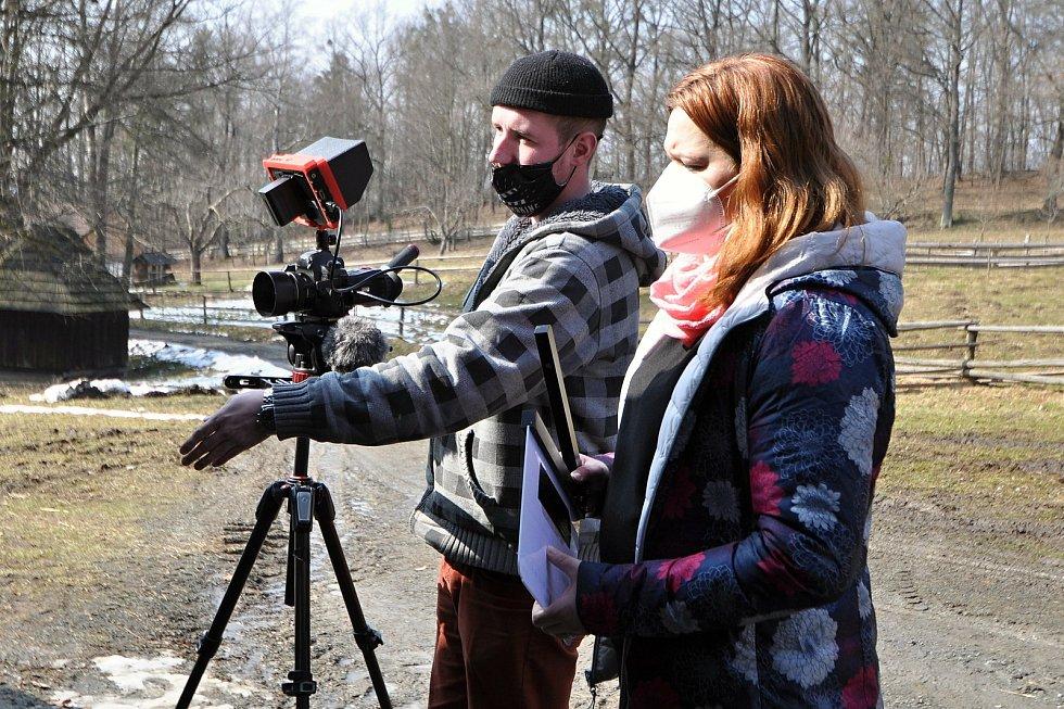 Tradiční obchůzka rapačářů se letos v rožnovském skanzenu uskutečnila s předstihem a pod dohledem kamery a fotoaparátů.