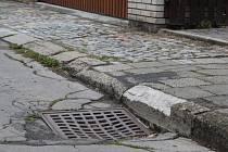 Ulice Pod Žamboškou na vsetínském sídlišti Rybníky má projít rekonstrukcí. Opraví se například chodníky a cesty.