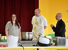 V Základní škole Křižná ve Valašském Meziříčí uspořádali kuchařskou show s Ondřejem Slaninou z televizního pořadu Kluci v akci spojenou se soutěží o recept do školní jídelny.