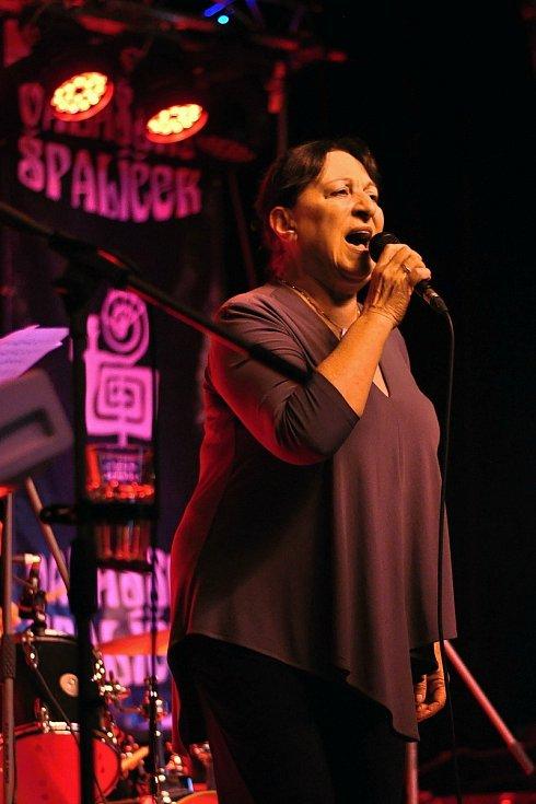 Martha Elefteriadu zpívá ve velkém sále Kulturního zařízení Valašské Meziříčí na 39. ročníku folk-blues-beat festivalu Valašský špalíček; sobota 26. června 2021