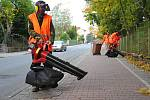 Pracovníci Technických služeb Valašské Meziříčí využívají nové stroje na úklid spadaného listí a jehličí; říjen 2017