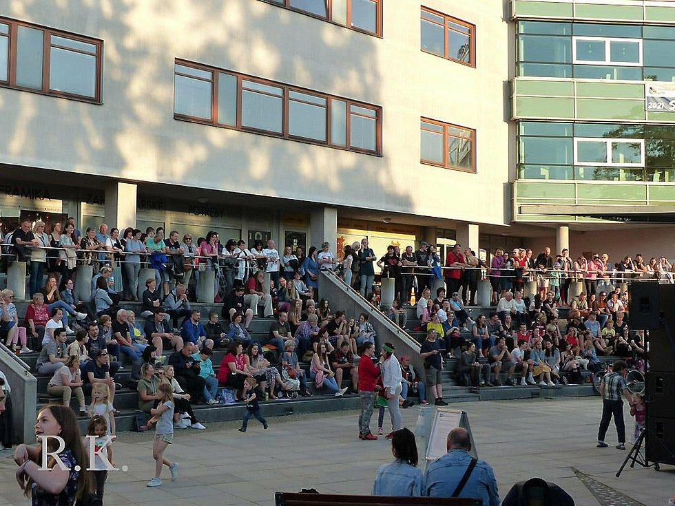 Program Vsetínského kulturního léta 2021 zahájila ve čtvrtek 3. června 2021 na Dolním náměstí ve Vsetíně valašskomeziříčská folklor-beatová kapela Docuku.