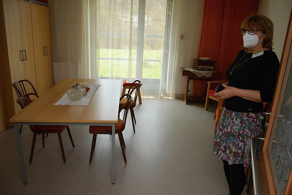 Domov pro seniory Jasenka v dubnu 2021 během pandemie covidu. Vedoucí domova Renata Zejdová v návštěvní místnosti.
