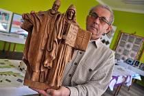 Výstava Krhovské šikovné ruce v Krhové na Valašskomeziříčsku. O volebním víkendu v místní základní škole své výrobky prezenovalo 25 místních obyvatel; Krhová, sobota 11. října 2014.