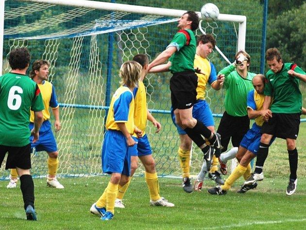 Fotbalisté Hrachovce (ve žlutém) v tomto utkání 1. A třídy vydřeli tři důležité body v utkání proti Vidče (2:1).