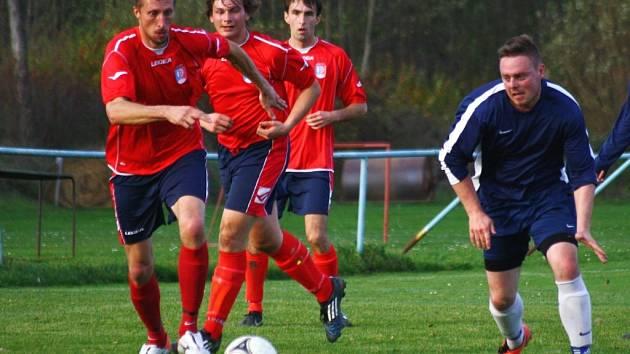 Fotbalisté Lidečka (červemné dresy) načali jaro vítězstvím s Janovou.