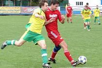 Fotbalisté Vsetína B (červené dresy) doma porazili vedoucí Lhotku 5:2.