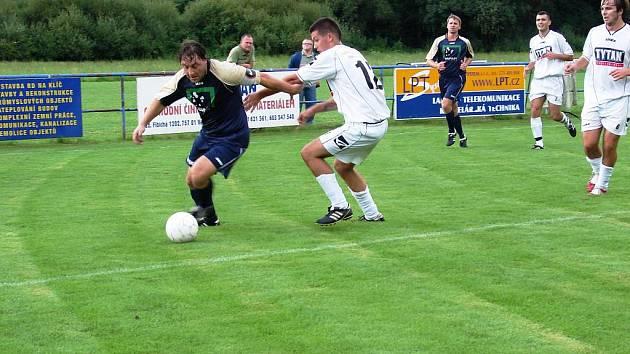 Ve Lhotě se hrál šlágr kola. Domácí fotbalisté (tmavé dresy) prohrávali s Valaškými Příkazy 0:2, v závěru dokázali ale vyrovnat na 2:2.