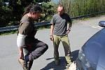 O velikonočním pondělí 2019 rodině Koudelových v Huslenkách doslova shořela střecha nad hlavou. Martin Koudela (vlevo) si zkouší boty, které mu přinesl darem soused Libor Pončík.