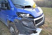 Dodávkový vůz Peugeot poničený při srážce s osobním vozem. Nehoda se stala ve čtvrtek 21. března 2019 u Rožnova pod Radhoštěm.